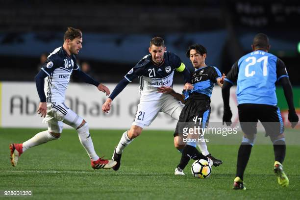 Akihiro Ienaga of Kawasaki Frontale competes for the ball against Carl Valeri and James Troisi of Melbourne Victory during the AFC Champions League...