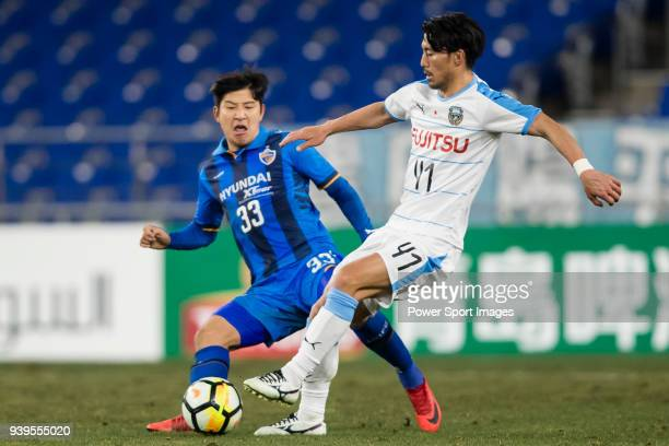 Akihiro Ienaga of Kawasaki Frontale fights for the ball with Park JooHo of Ulsan Hyundai FC during the AFC Champions League 2018 Group F match...