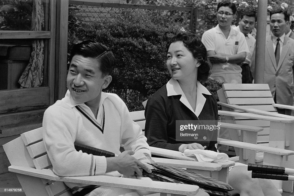 Akihito and Wife at Tennis Club : ニュース写真