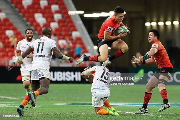 Akihito Yamada of the Sunwolves catches the ball during the round three Super Rugby match between the Japan Sunwolves and the Cheetahs at Singapore...
