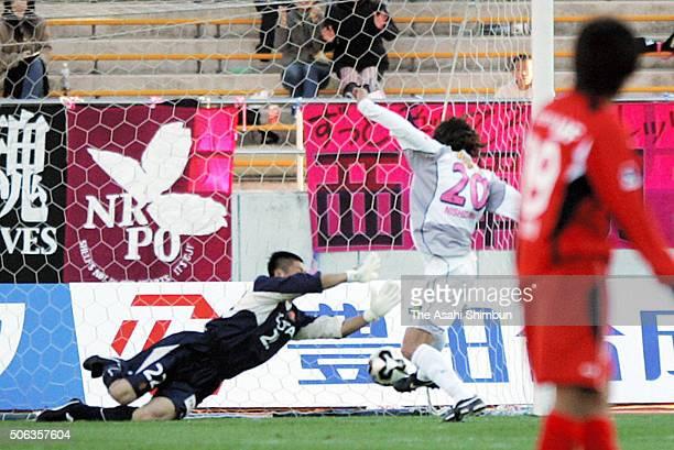 Akinori Nishizawa of Cerezo Osaka scores his team's second goal past Eiji Kawashima of Nagoya Grampus Eight during the JLeague Yamazaki Nabisco Cup...