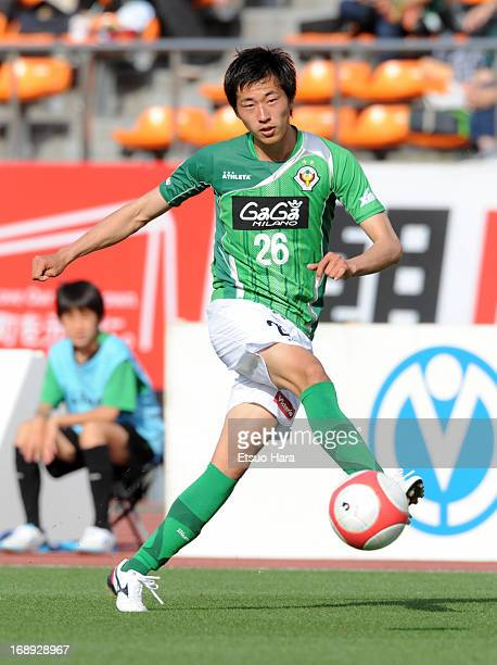 Akira Ibayashi of Tokyo Verdy in action during the J.League second division match between Tokyo Verdy and Vissel Kobe at the National Stadium on May...