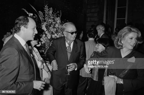Akira Kurosawa accompagné de Catherine Deneuve reçoit la médaille des Arts et Letrres des mains de Laurent Fabius à Paris le 19 septembre 1985 France