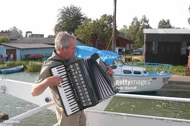 """Akkordeon-Spieler, Hochzeit, bei Anklam/Mecklenburg Vorpommern, , Hochzeitsfeier, Flussdampfer MS """"Hansestadt Demmin"""", auf dem Fluß """"Peene"""", Schiff,..."""