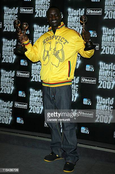 Akon with his awards during the 2007 World Music Awards held at the Monte Carlo Sporting Club on November 4, 2007 in Monte Carlo, Monaco.