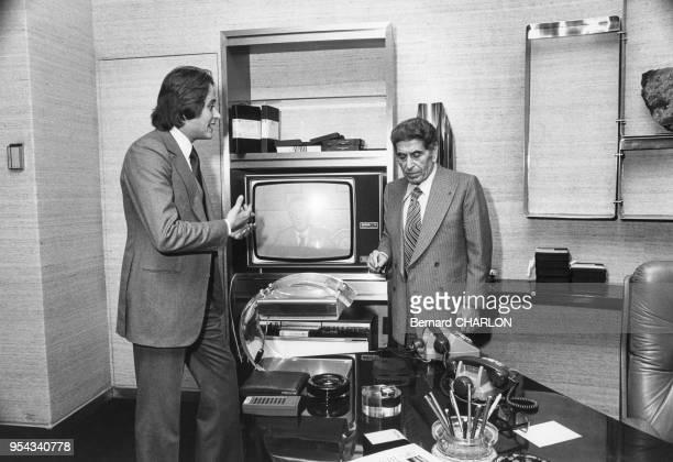Akram Ojjeh avec son fils Mansour en novembre 1972 à Paris France