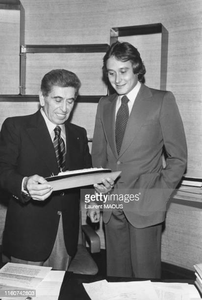 Akram Ojjeh et son fils Mansour avec un maquette du paquebot 'France' qu'il vient de racheter Paris le 24 octobre 1977 France