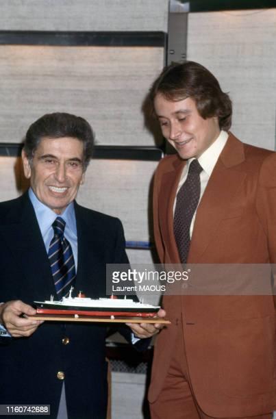 Akram Ojjeh et son fils Mansour Ojjeh lors de la vente du paquebot 'France' par la compagnie transatlantique en France le 24 octobre 1977