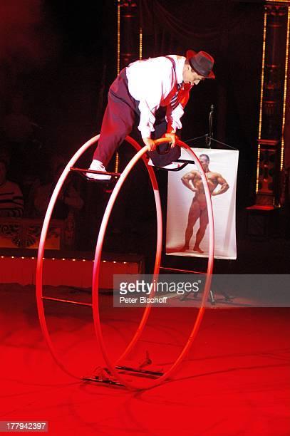 Foto von Bodybuilder ZirkusVorstellung vom Circus Roncalli Bürgerweide Bremen Deutschland Europa Manage Sportakrobatik muskulös Artist