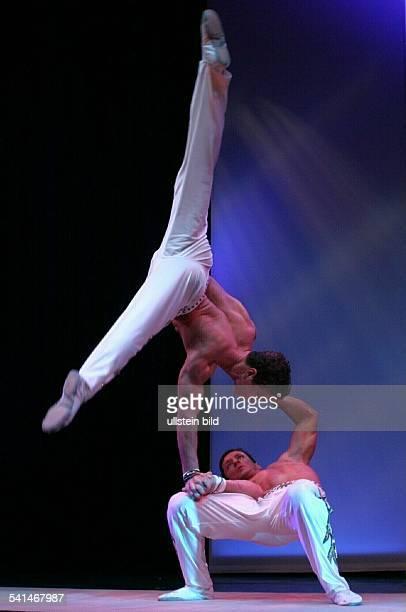 Akrobat Portugal mit seinem Bruder Ivan während eines Auftritts im Variete Wintergarten in Berlin