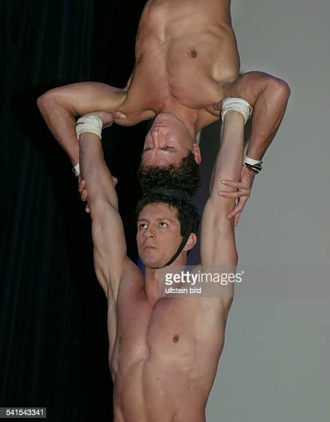 Akrobat, Portugal- , mit seinem Bruder Ivan während eines Auftritts im Variete Wintergarten in Berlin