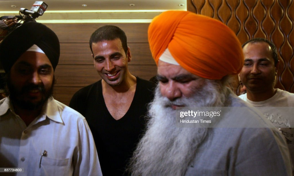 Akshay Kumar and Gurbachan Singh Bachan at a press conference for Singh is King.