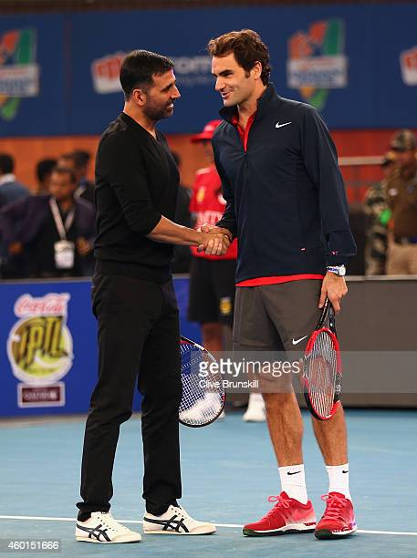 Akshay Kumar meets Roger Federer of the Indian Aces during the CocaCola International Premier Tennis League third leg at the Indira Gandhi Indoor...