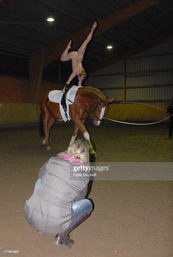 Nackt-Model auf Pferd, Fotoaufnahmen für SW-Eroktik