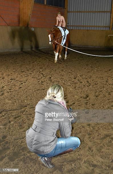 NacktModel auf Pferd Fotoaufnahmen für SWEroktikKalender Semesterakte Reiterhof Garlstedt Niedersachsen Deutschland Europa Kunst Kunstkalender...