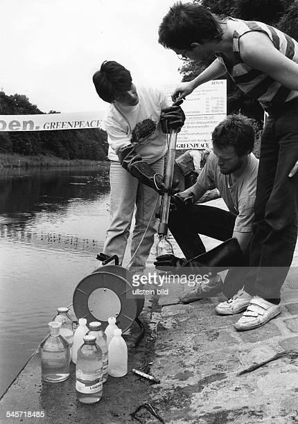 Aktion der Umweltschutz Organisation'Greenpeace' gegen WasserverschmutzungEntnahme von Wasserproben aus demTeltowkanal an der Bäkebrücke zurAnalyse...