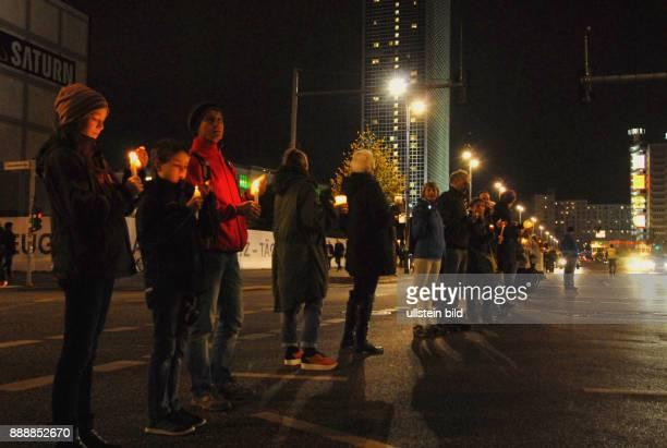 Aktion Lichterkette von Spandau bis Hellersdorf fuer Fluechtlinge Hier auf der Ost West Achse am Alexanderplatz Auch Handys leuchteten Die Strecke...