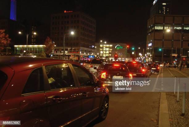 Aktion Lichterkette von Spandau bis Hellersdorf fuer Fluechtlinge Hier auf der Ost West Achse am Alexanderplatz Die Strecke wurde polizeilich und von...