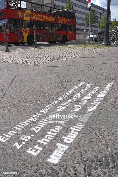 Aktion zum 775 Jubilaeum Berlins, auf den Gehwegen im historischen Zentrum Berlins sind Informationen zur Geschichte Berlins gesprueht Es sind 260...