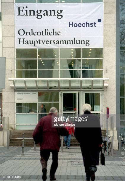 Aktionäre gehen am 9.12.1999 in Frankfurt am Main auf den Eingang zur Hauptversammlung der Hoechst AG zu. Mit der letzten ordentlichen...