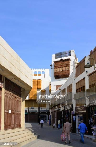 distrito de al balad - arquitectura hedjazi - balcones árabes, tiendas y personas en suq al alawi - histórico jeddah, arabia saudita - patrimonio de la humanidad de la unesco - distrito histórico fotografías e imágenes de stock