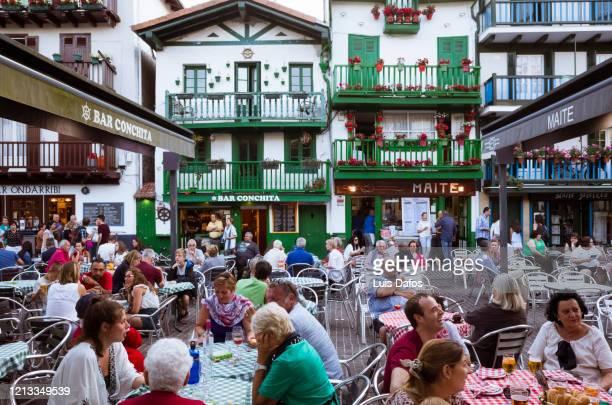 al fresco dining in hondarribia - オンダリビア ストックフォトと画像