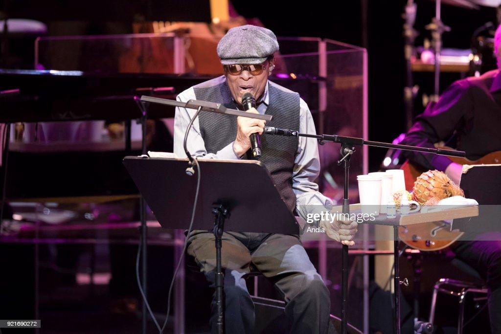Al Jarreau on stage. : News Photo