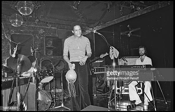 Al Jarreau performs on stage during a party at the Elysee Matignon night club in Paris in 1977