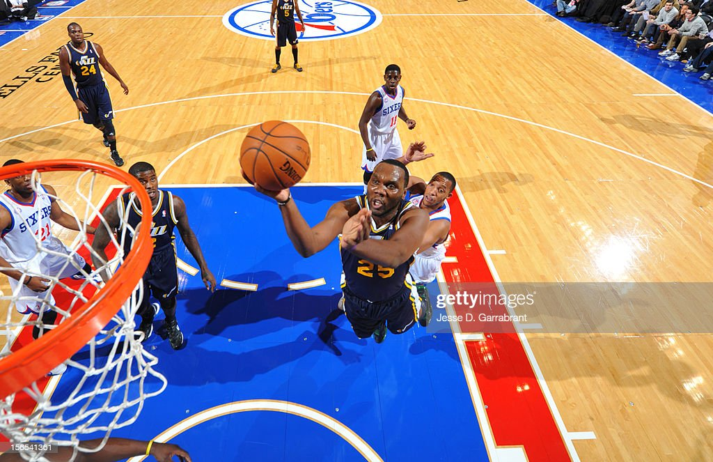 Al Jefferson #25 of the Utah Jazz drives to the basket against the Philadelphia 76ers at the Wells Fargo Center on November 16, 2012 in Philadelphia, Pennsylvania.