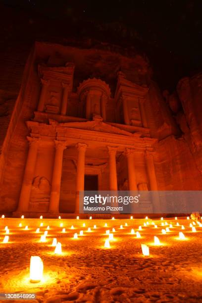 al khazneh by night illuminated by candlelight - massimo pizzotti foto e immagini stock