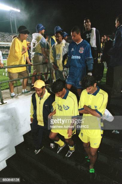 Al Nassr players leave the pitch in a dejected mood after losing their final game 20 to Corinthians