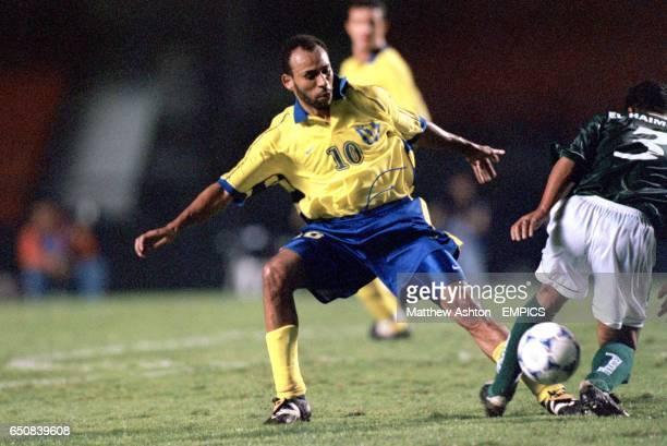 Al Nassr's Fuad Al Amin tackles Raja Casablanca's Redouane El Haimeur