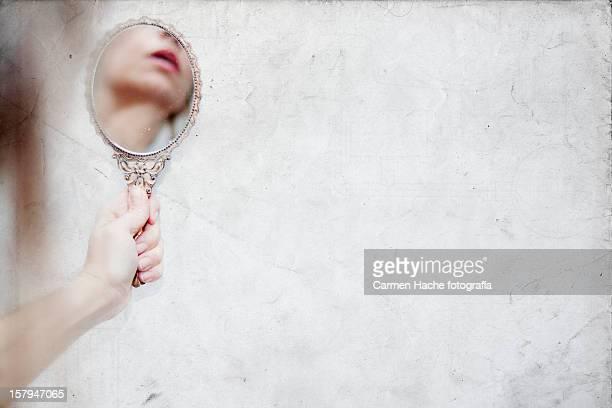 al otro lado del espejo - vanity stock pictures, royalty-free photos & images
