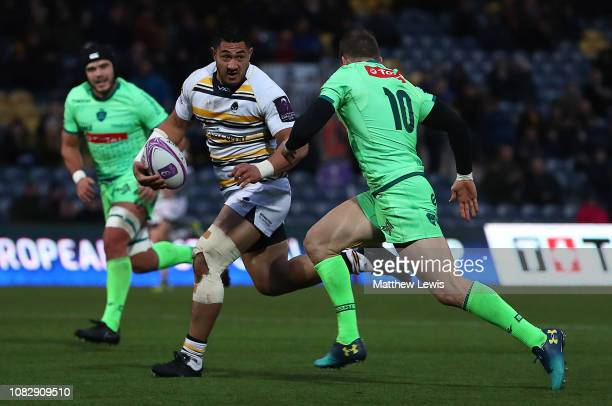 Alafoti Faosilva of Worcester Warriors breaks clear to score a try during the Challenge Cup match between Worcester Warriors and Pau at Sixways...