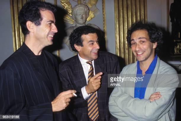 Alain Chamfort Francis Perrin et Michel Berger lors de la remise de décoration à Maritie et Gilbert Carpentier en septembre 1988 à Paris France