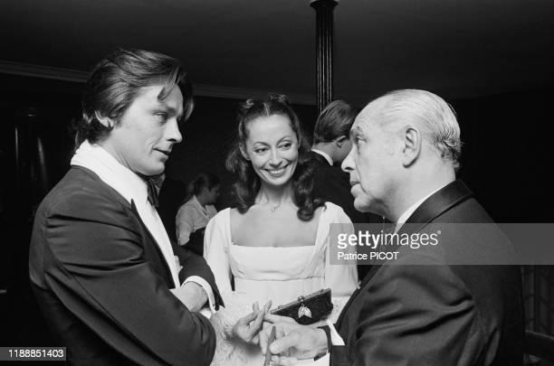 Alain Delon Claudine Coster et Robert Manuel lors d'un dîner pour la 1ère de la pièce 'L'autre valse' au Théâtre des Variétés à Paris le 8 octobre...