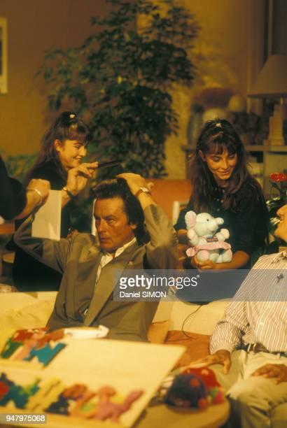 Alain Delon dans une loge avant d'être reçu par la chaîne de télévision Antenne 2 le 7 septembre 1987 à Paris France