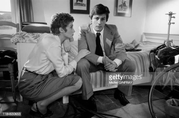Alain Delon et Carla Gravina lors du tournage du film 'Comme un boomerang' réalisé par José Giovanni à Nice en mai 1976, France.