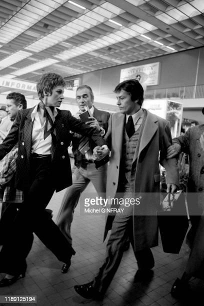 Alain Delon et Carla Gravina lors du tournage du film 'Comme un boomerang' réalisé par José Giovanni à l'aéroport de Nice en mai 1976, France.