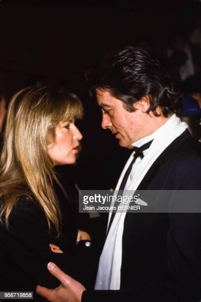 Alain Delon et Catherine Pironi lors de la soirée pour les 10 ans de TF1 le 12 janvier 1985 à Paris, France.