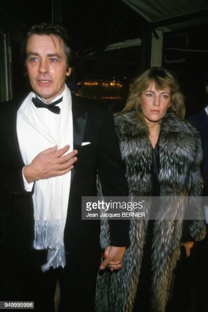 Alain Delon et Catherine Pironi lors d'une soirée le 12 janvier 1985 à Paris, France.