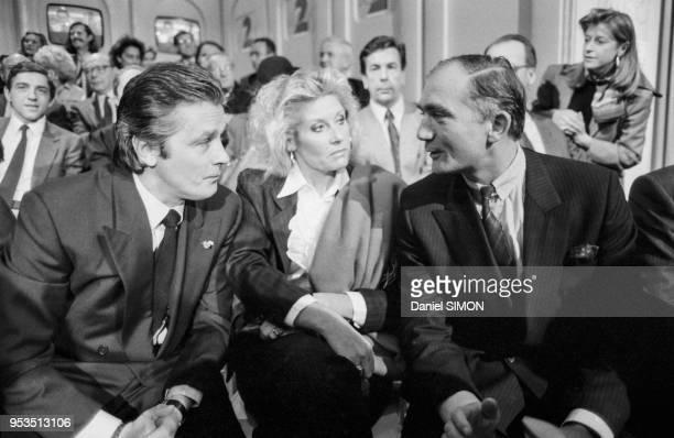 Alain Delon et Charles Fillon lors d'une émission de télévision le 7 novembre 1988 à Paris France