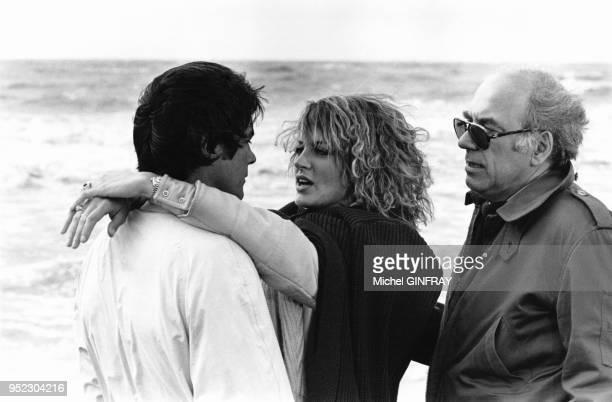 Alain Delon et Dalila Di Lazzaro sur la plage de Deauville lors du tournage du film 'Trois hommes a abattre' du realisateur Jacques Deray en juillet...
