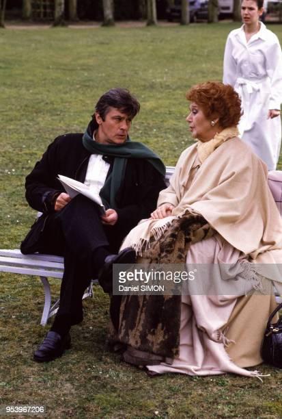 Alain Delon et Edwige Feuillère en costume historique lors du tournage de la minisérie télévisée 'Cinéma' en France en mars 1988
