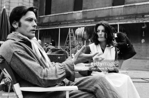 Alain Delon et Gabriella Farinon sur le tournage du film 'Borsalino and Co' réalisé par Jacques Deray à Marseille en mai 1974 France