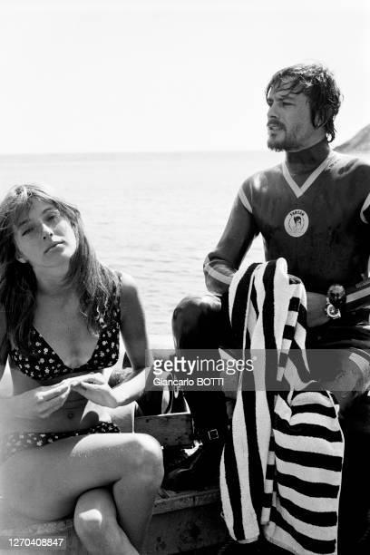 Alain Delon et l'actrice canadienne Joanna Shimkus lors du tournage du film 'Les Aventuriers' réalisé par Robert Enrico à La Ciotat en 1966, France