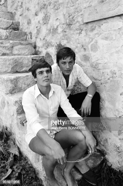 Alain Delon et le nageur Alain Mosconi lors du tournage du film 'La Piscine' en août 1968 à SaintTropez France