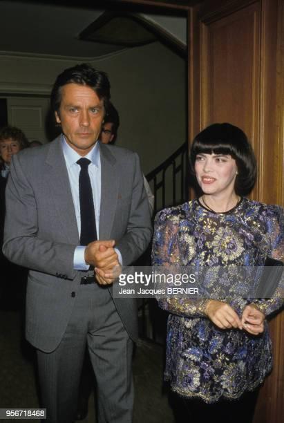 Alain Delon et Mirelle Mathieu lors de la remise de 'La Pplume d'or' à Paris le 3 octobre 1984 France