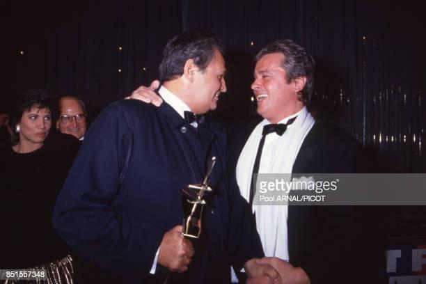 Alain Delon et Roger Hanin lors de la cérémonie de remise des Sept d'Or à Paris en décembre 1990 France