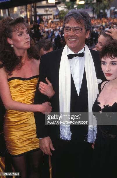 Alain Delon et Rosalie au Fesival de Cannes pour la présentation du film 'Le Retour de Casanova' avec Elsa Lunghini à droite en mai 1992, France.